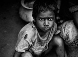 Esperando a que se cocine su comida en Nepal