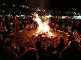 Nueva Acrópolis - Junto al fuego